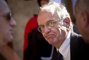 Tasse sul fumo, 3 domande al ministro Padoan