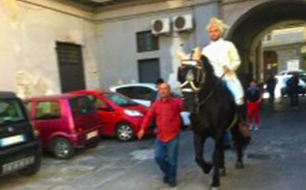 Lei compie 18 anni, lui arriva a cavallo vestito da principe azzurro