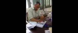 Pakistan, impiegato timbra le carte con una velocità impressionante VIDEO