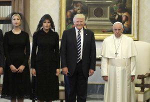 Papa Francesco e Trump family, la foto: a sorridere è solo Donald. E mezzo mondo su Internet