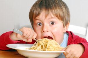 Bambini condannati alla pasta senza sale, sharia salutista negli asili a Milano