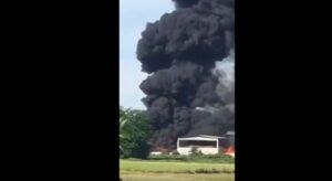 YOUTUBE Incendio di rifiuti speciali: nube nera in provincia di Pavia