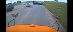 YOUTUBE Pickup si schianta contro auto: il terribile frontale