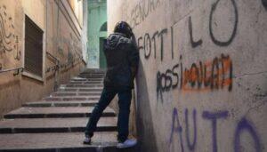 Giovani ubriachi fanno pipì in strada, li minaccia col martello e loro...