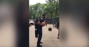 YOUTUBE Poliziotto sfida ragazzini: centra canestro dal marciapiede superando la recinzione