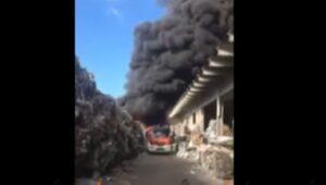 YOUTUBE Incendio Pomezia, pompieri in azione: colonna di fumo vista dal basso