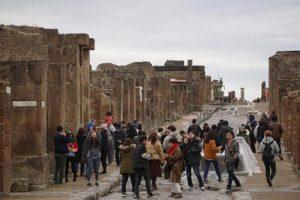 Malocchio sui reperti rubati a Pompei: i ladri li restituiscono chiedendo pietà