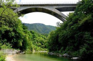Caltrano (Vicenza), donna tenta il suicidio dal Ponte dei Granatieri: carabinieri la afferrano e la salvano