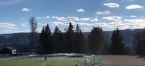 Giocano a calcio tra amici: il tornado fa volare via la porta