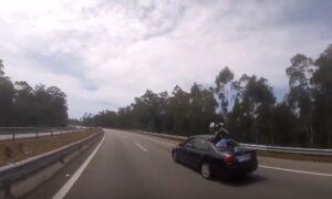 YOUTUBE Portogallo: motociclista investito finisce... sul tetto di una macchina