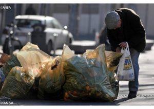 Poveri, la Stampa rivela: 50 miliardi ogni anno finiti in quasi nulla