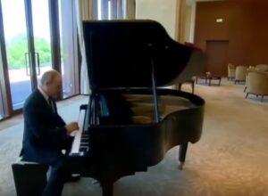 Putin suona il piano prima di incontrare presidente cinese