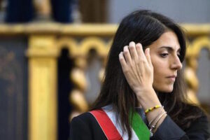 """Buche a Roma, Virginia Raggi: """"Otto mesi per le gare, ma i lavori stanno partendo"""""""