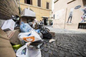 """Rifiuti a Roma, Regione chiede misure urgenti. Campidoglio: """"Nessuna emergenza"""""""