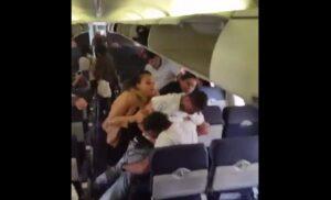 VIDEO Rissa a bordo in aereo: passeggeri si picchiano tra i sedili del volo Southwest Airlines