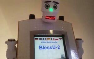 YOUTUBE BlessU-2, il prete robot che dispensa benedizioni automatizzate