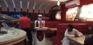 YOUTUBE Un cameriere robot che serve ai tavoli: l'invenzione da Multan