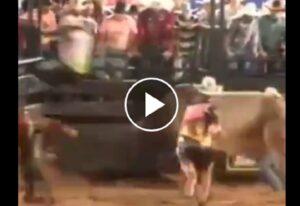 Rodeo in Brasile: cowboy viene lanciato da toro verso la tribuna