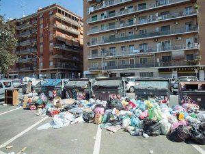 Roma, è sempre emergenza rifiuti: caos raccolta, cassonetti stracolmi