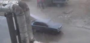 Conduttura dell'acqua calda si rompe: auto ne approfittano per un lavaggio