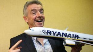 """Ryanair e l'assurdo colloquio di lavoro: """"Ti devi pagare corsi e divisa, lo stipendio invece..."""""""