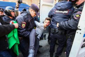 Primo maggio, cortei e tensioni a Torino: a Parigi 4 agenti feriti, 150 arresti a Istanbul