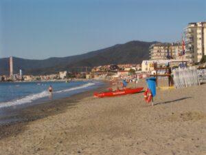 Savona, profughi assistenti bagnini in spiaggia e netturbini