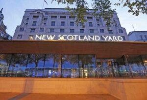 """Scotland Yard, arriva il primo agente di genere fluido: """"Sono sia Abi che Callum"""""""