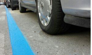 Strisce blu auto sempre più care: Milano batte Roma per le tariffe della sosta