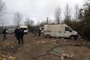 Padova, sparatoria in campo rom con pistole e kalashnikov: 5 arresti