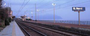Genova, bidone gettato sui binari mentre passa il treno: caccia ai vandali