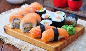 """Se siete gran divoratori di sushi, è bene che stiate in guardia dal rischio anisakidosi, altrimenti detta """"malattia del verme delle aringhe""""."""