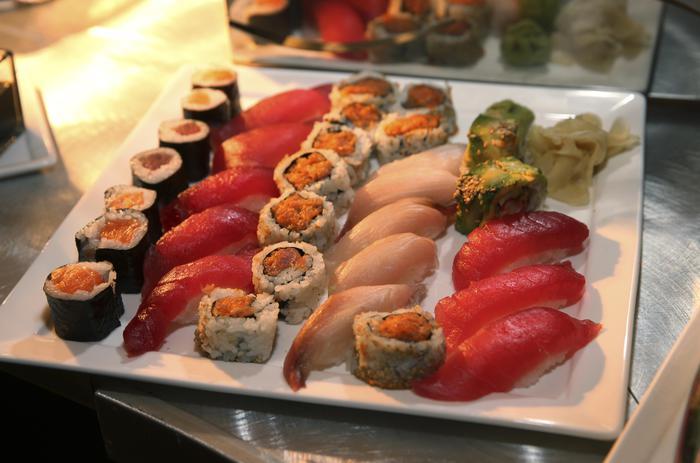 Vermi da sushi, sos Anisakis nell'intestino. I sintomi: febbre lieve, vomito, dolori addominali