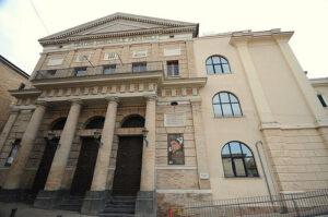 Lanciano (Chieti), coperto il fascio littorio del Teatro Fenaroli