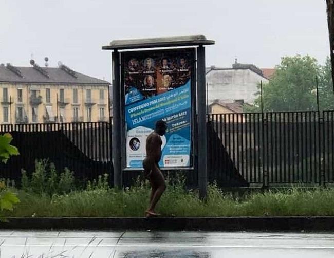 Torino: uomo senza vestiti gira per via Cigna, carabinieri lo coprono