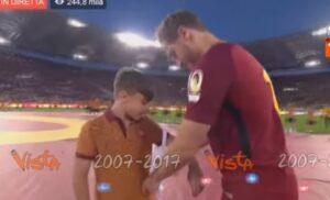 YOUTUBE Francesco Totti consegna la fascia di capitano a Mattia Almaviva, pulcino della Roma