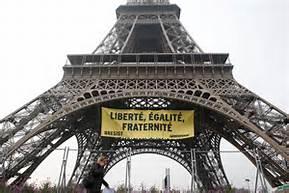 Lo striscione sulla Tour Eiffel