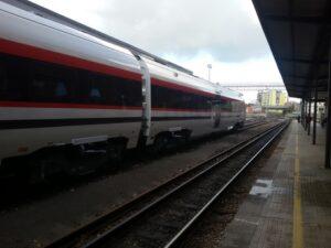 Depresso per il divorzio, si lancia sotto ad un treno a Napoli