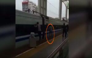 Mani incastrate nelle porte del treno: uomo costretto a viaggiare così