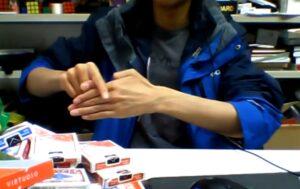 YOUTUBE Come far sparire le dita: il trucco è sorprendente