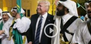 Donald Trump balla la danza delle spade a Riad VIDEO