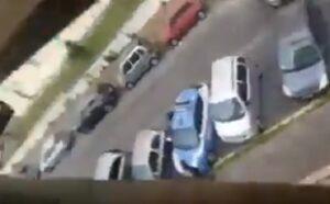 Roma, polizia gli sequestra telefonino: lui rompe vetro auto in sosta con una testata