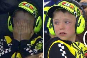 YOUTUBE Valentino Rossi cade a Le Mans: il piccolo tifoso scoppia in lacrime