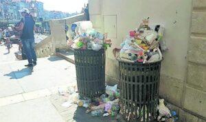 Venezia, cestini dei rifiuti sempre pieni: turisti li riempiono, cittadini pagano