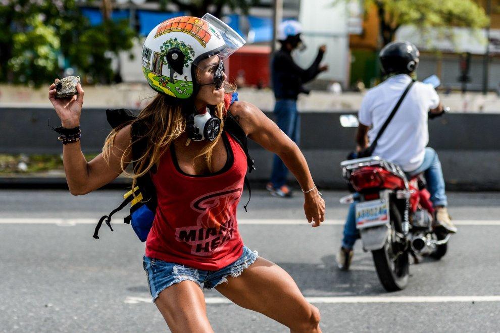 """Venezuela: Caterina Ciarcelluti, la """"wonder woman"""" contro Nicolas Maduro FOTO"""