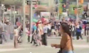 New York: il momento in cui l'auto travolge la folla a Times Square VIDEO