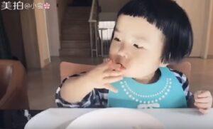Xiaoman a due anni e mezzo mangia tutto: ora è una star del web