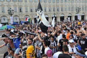 Champions, tifosi Juventus a migliaia: è fiumana in centro di Cardiff