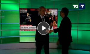 Enrico Mentana interrompe il Tg e saluta il nuovo direttore di La7 VIDEO