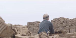 YOUTUBE Russia, gli schiavi delle fabbriche di mattoni: reclutati in città, portati in Daghestan